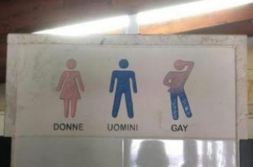 Lecce, cartello omofobo nei bagni di un locale – uomini, donne e gay