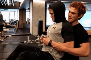 Riverdale, allenamento omoerotico per KJ Apa e Charles Melton – le gif e il video