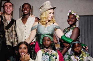 Madonna Regina Madre tra i sei figli, la meravigliosa foto