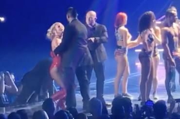 Britney Spears, pazzo sale sul palco e lei chiede: 'ha una pistola?' – il video