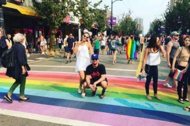 Stephen Amell sfila al Pride di Vancouver e replica agli omofobi: 'andate a stare dalla parte sbagliata della Storia sulla pagina di qualcun altro'