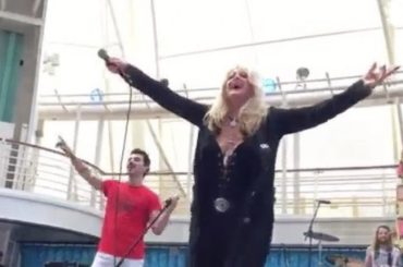"Bonnie Tyler canta  ""Total Eclipse of The Heart"" durante l'eclissi – il video"