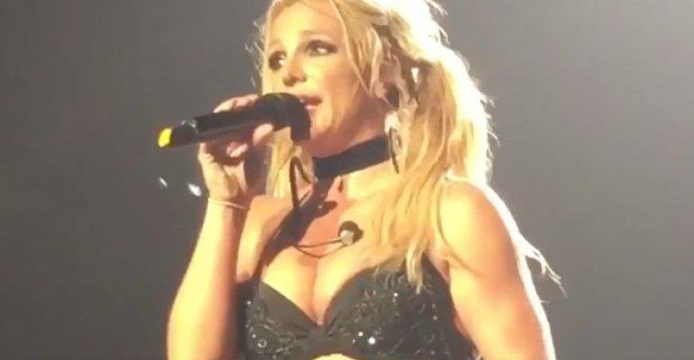 Britney Spears con un microfono in mano: 'so che è strano, sembra illegale' – video