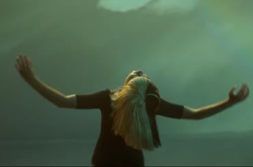 """""""Miny Pony"""", Sia canta Rainbow – il video ufficiale"""