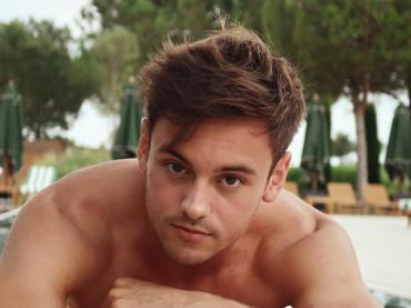 Tom Daley, è strip con pacco social – il video