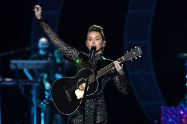iHeartRadio 2017, ecco il mini-concerto di Miley Cyrus – video