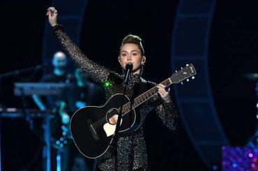 iHeartRadio 2017, ecco il mini-concerto di Miley Cyrus – video