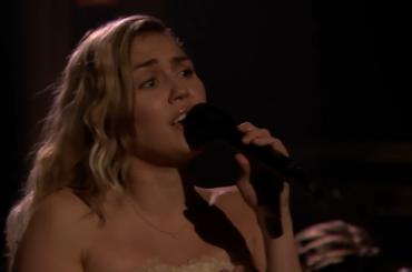Miley Cyrus torna a cantare The Climb ed è subito commozione tv – video