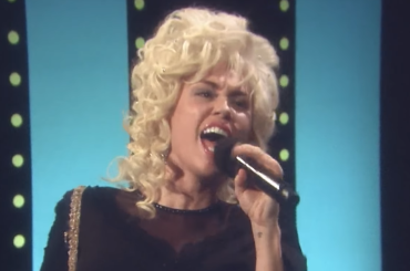 Miley Cyrus diventa Dolly Parton e canta  'Islands In The Stream' – il video