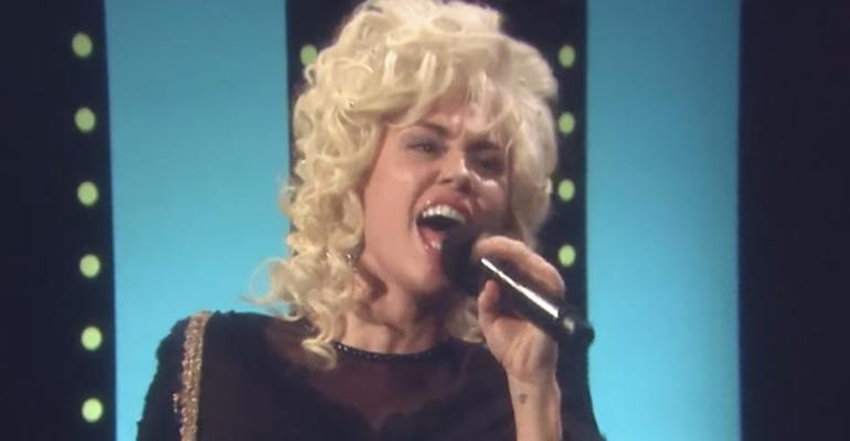 Miley Cyrus diventa Dolly Parton e canta  'Islands In The Stream' – il video