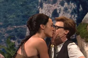 Gal Godot bacia Kate McKinnon al SNL, il video