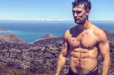 Alex Pettyfer, chiappe all'aria nel deserto – foto Instagram
