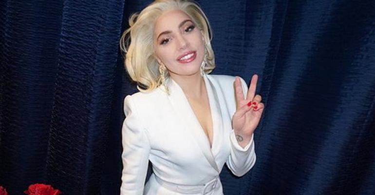 Lady Gaga show in una raccolta fondi per le vittime degli uragani – i video live