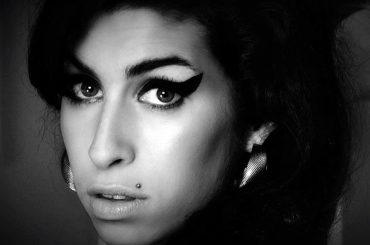 Amy Winehouse, la sua vita diverrà musical – l'annuncio del padre Mitch