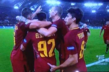 Roma-Chelsea, Stephan El Shaarawy segna e Diego Perotti gli inflia un dito nel cu*o – il video
