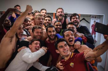Roma-Lazio, derby in trionfo per i giallorossi – le foto della festa in campo e negli spogliatoi