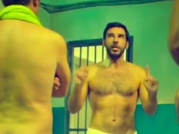 SMETTO QUANDO VOGLIO – Ad Honorem, sono tutti nudi nella prima clip – video