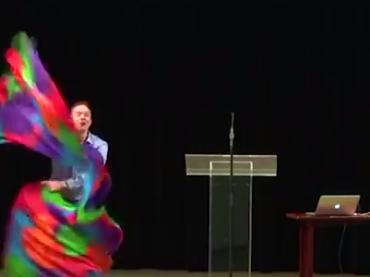 Gruppo omofobo apre il convegno con una pazza che sventola bandiere rainbow – il video