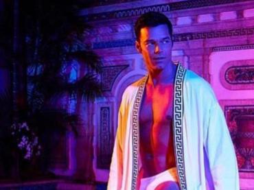 American Crime Story: Versace, Ricky Martin in slip in una nuova foto promozionale
