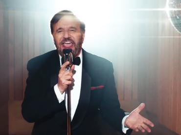 Christian De Sica canta Jingle Bells – il video ufficiale diretto dal figlio BRANDO