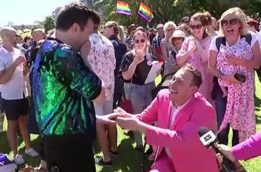 Australia, proposta di matrimonio gay durante il trionfo al referendum sul matrimonio egualitario – video