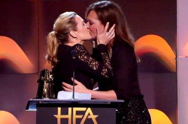 Kate Winslet bacia in bocca Allison Janney dopo il trionfo agli Hollywood Film Awards – video