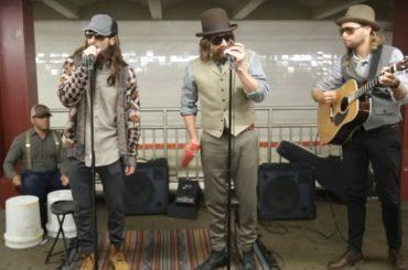 I Maroon 5 mascherati cantano i QUEEN nella metropolitana di New York – video