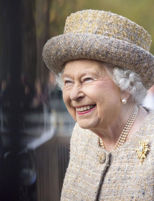 The crown la regina elisabetta ii ha visto la serie for La regina elisabetta 2