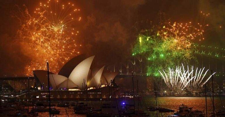 Sydney, fuochi d'artificio rainbow per festeggiare le nozze gay e accogliere il 2018 – il video