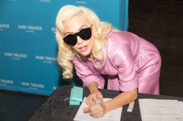 Lady Gaga conferma la residency a Las Vegas,  le foto della firma del contratto monster