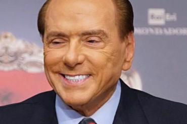 Signora urla a Silvio Berlusconi: 'io sono un'artista, un'attrice, Presidenteeeeee lo dica a suo figlio' – video