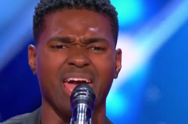 America's Got Talent 2017, Johnny Manuel  sbalordisce cantando Whitney Houston e Jennifer Hudson – video