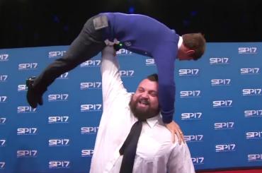 Tom Daley, l'uomo più forte del mondo fa sollevamento pesi con il tuffatore inglese – video