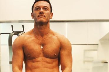Luke Evans mostra i muscoli dopo 4 mesi di palestra – foto Instagram