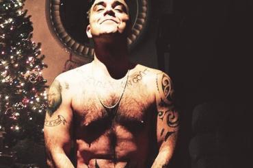 Robbie Williams, è nudo social di Natale: 'chi vuole un bacio sotto il vischio?' – foto
