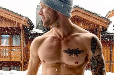 Ryan Phillippe gnocco tra la neve, la foto social