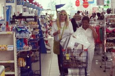 Mara Venier canta Feliz Navidad pure al supermercato – il video social dalla Repubblica Dominicana