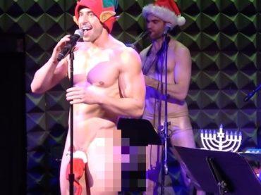 Nick Adams, l'attore di Broadway si denuda sul palco cantando un medley natalizio  – video