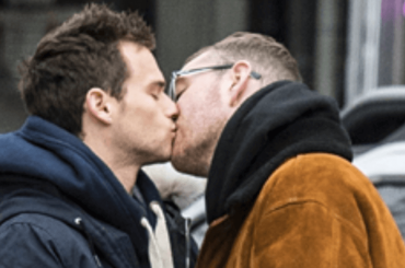 Sam Smith e Brandon Flynn, teneri baci pubblici a New York – foto