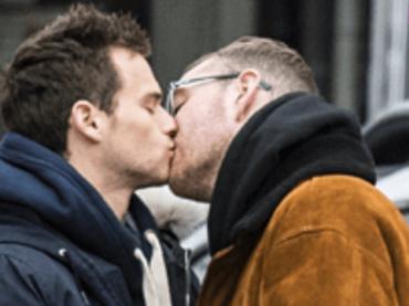 Sam Smith e Brandon Flynn, teneri baci pubblici a New York – foto