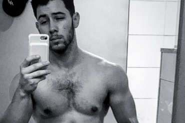 Nick Jonas mostra i muscoli, la foto Instagram