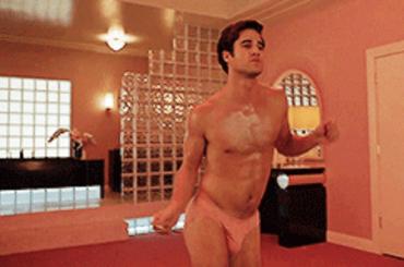 American Crime Story: Versace, Darren Criss balla in mutande – le gif