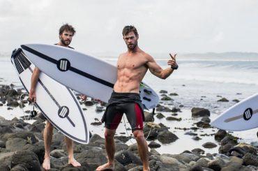 Chris e Liam Hemsworth fanno surf, la foto da gnocchi