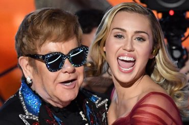 Grammy 2018,  Elton John e Miley Cyrus cantano Tiny Dancer – video