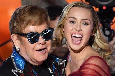 Grammy 2018,  Elton John e Miley Cyrus cantano Tiny Dancer – video