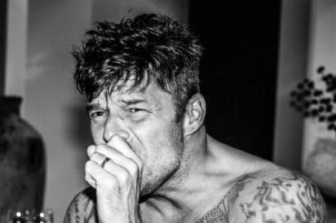 Ricky  Martin a cosce aperte, la foto social