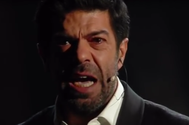 Sanremo 2018, Pierfrancesco Favino emoziona l'Ariston e Maurizio Gasparri lo insulta – video