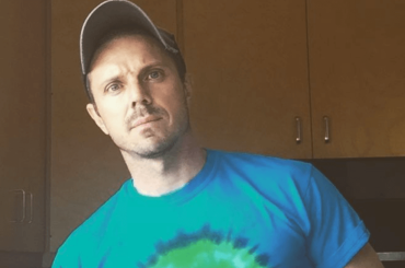 Jake Shears nudo per lanciare la sua autobiografia, la foto social