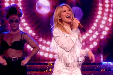 Kylie Minogue, primo live tv per DANCING (+ medley) – video