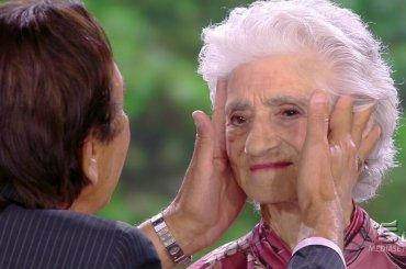 Isola, nonna Pellegrina sputtana 30 anni di carriera di Giucas Casella in 2 minuti